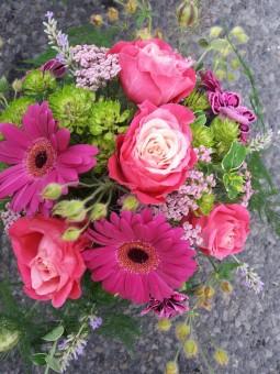Bouquet aux roses rose foncé